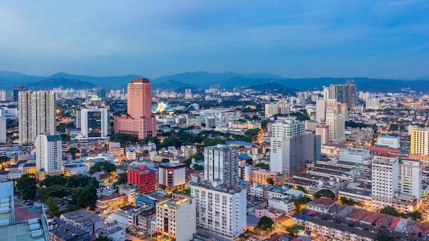 クアラルンプールの街並み。日の出を見る高層ビルの建物とマレーシアのクアラルンプール市街のスカイラインのパノラマビュー。