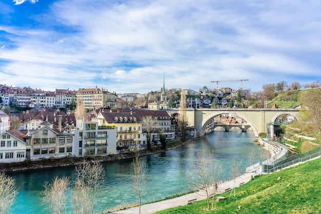 スイスのベルン。アーレ川に架かる旧市街とニーデグブリュッケ橋の眺め。