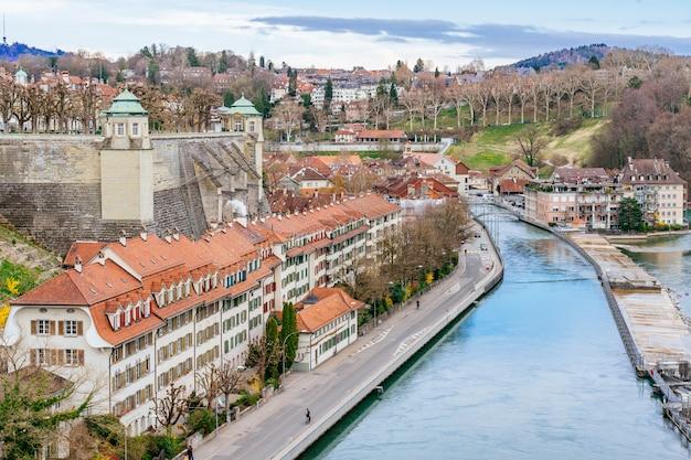 スイスの首都ベルンの壮大な旧市街のパノラマビュー