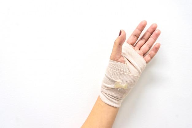 Белая лекарственная повязка на травму руки