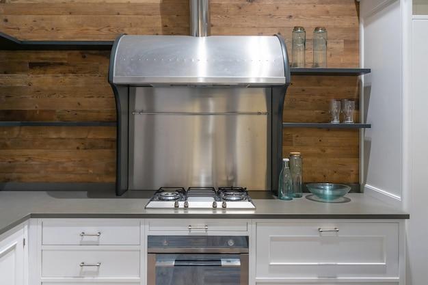 ステンレス製の電化製品を備えた明るいモダンなキッチン。インテリア・デザイン。