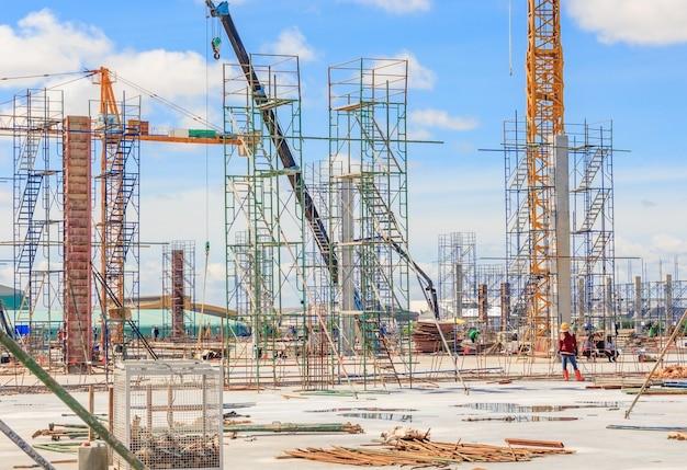 建設現場の建設柱への足場