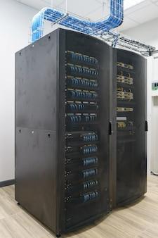 サーバールーム、スーパーコンピュータの近代的なインテリアを閉じます