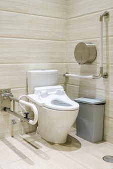Интерьер ванной комнаты для инвалидов или пожилых людей. поручни для инвалидов и пожилых людей