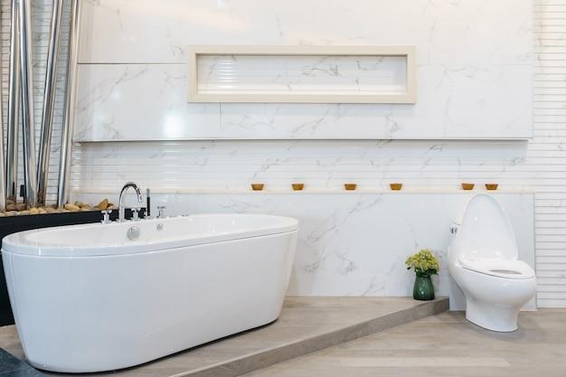 白いタイルの豪華な白いバスルームのインテリア