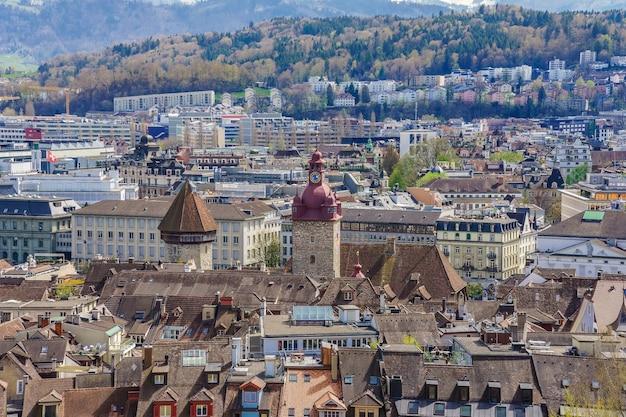 ルツェルン旧市街の赤いタイル張りの屋根の街の壁からの航空写真