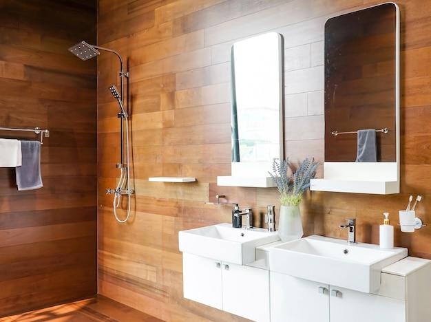 エレガントなホームインテリアでダブルシンクと鏡を備えたバスルームインテリア