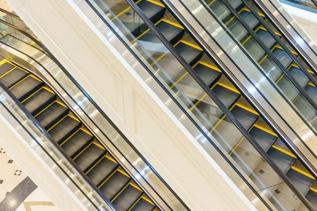 ショッピングセンターのコミュニティモールにあるエスカレーター。階段を上がる。電気エスカレーター