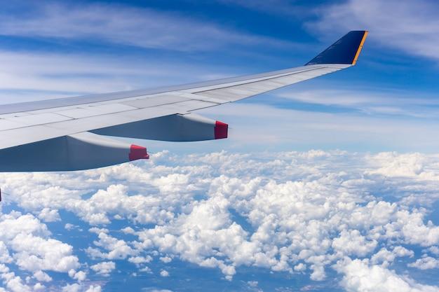 Самолет крыло вид из окна на фоне облачного неба