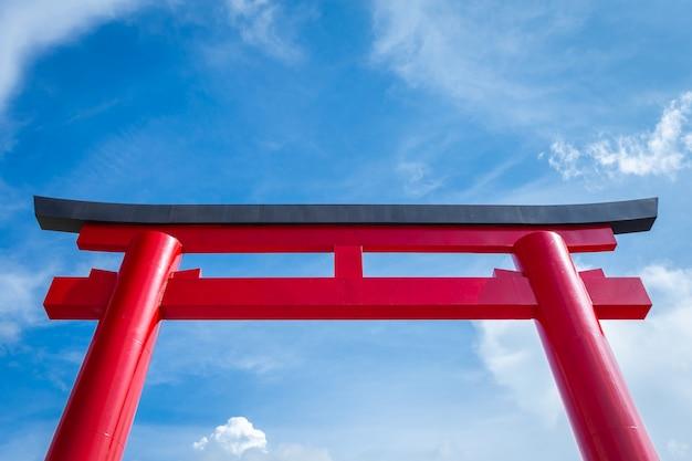 青い空を背景に赤の鳥居のクローズアップ。