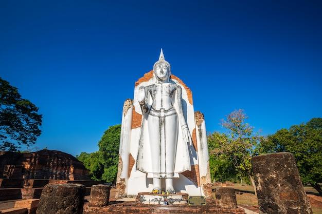 Древняя белая статуя будды, красивая на закате - буддийский храм