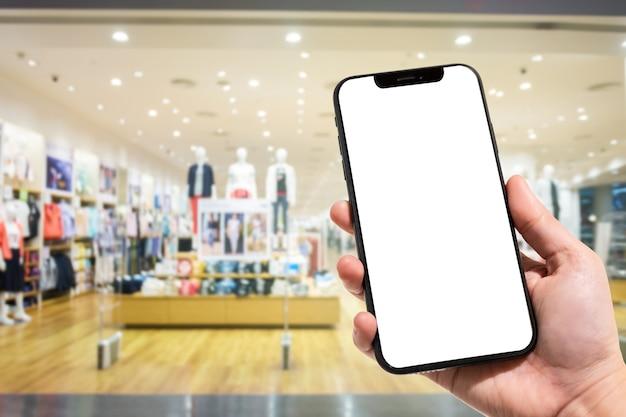 女性のクローズアップの使用スマートフォンのぼやけた画像