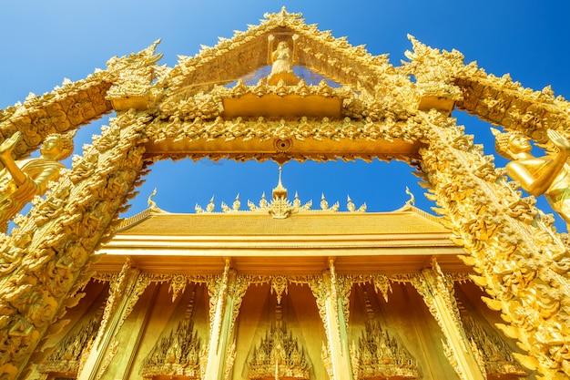 Золотая часовня храма ват пак нам (джо лоу) - буддийский храм