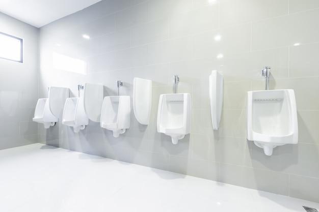 公衆トイレの小便器が並んで