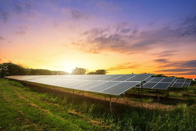 劇的な夕焼け空の背景に太陽電池パネル