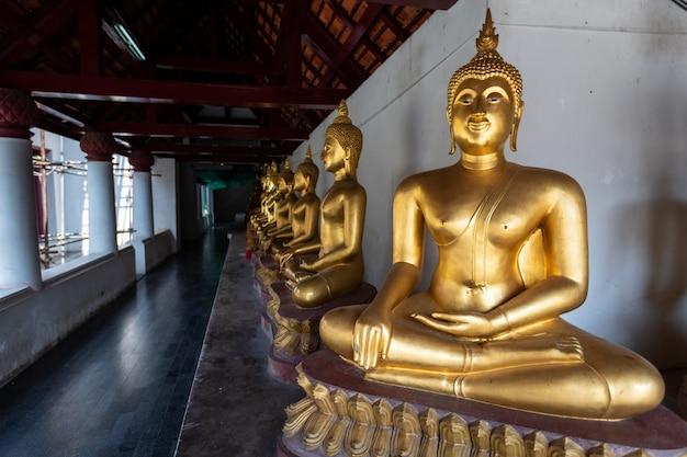 美しい黄金の仏像ワットプラシーラタナマハタートの多くの彫像