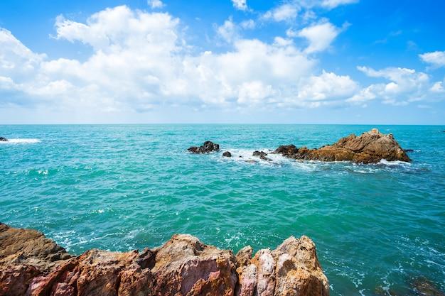 Красивое море на пляже хат чао лао в чантабури