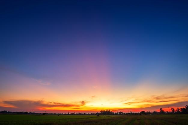 青の劇的な夕焼け空の質感