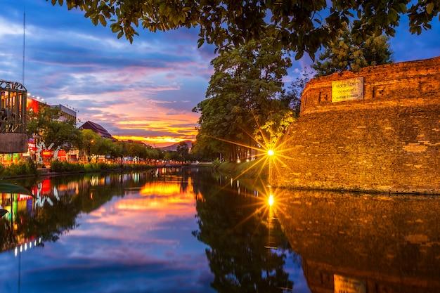 アジアの旧市街の古代の壁と堀