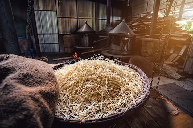黄色の麺またはミースアの食品乾燥
