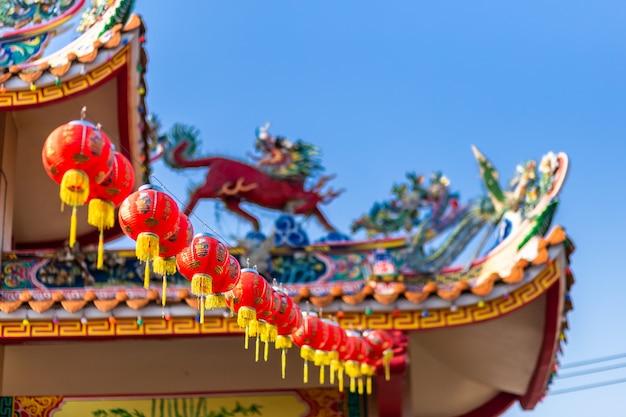 中国の神社、それに書かれた中国のアルファベットの祝福で中国の旧正月祭りの美しい中国の赤いランタンの装飾。