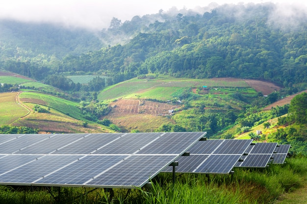 Панели солнечных батарей в маленькой горной деревне и туман - это красота с точки зрения, альтернативная концепция экологически чистой энергии