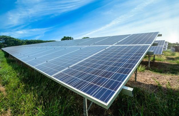 Мощность панели солнечных батарей на голубое небо, концепция альтернативной чистой зеленой энергии