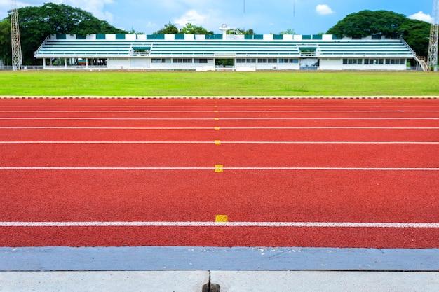 スタジアムの白い線と競馬場の赤いゴムの競輪の質感。