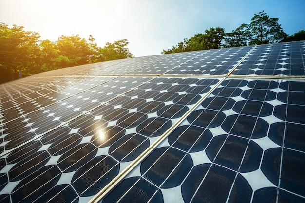 Панель солнечных батарей на фоне голубого неба, концепция альтернативной энергии, чистая энергия