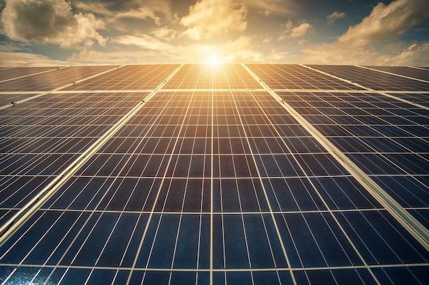 Панель солнечных батарей на фоне голубого неба, концепция альтернативной энергии