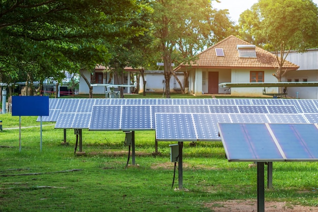屋根の上に住宅の太陽電池パネル、代替エネルギーの概念