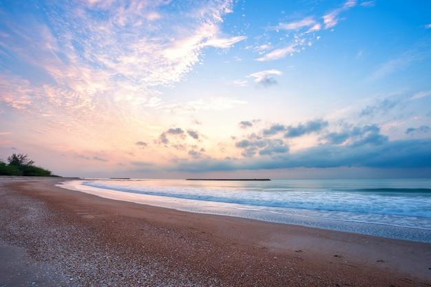 タイペッチャブリーのハットチャオサムランビーチで地平線海の上の朝の日の出。