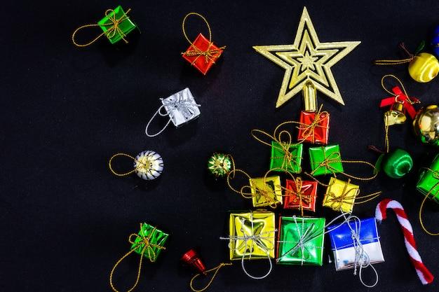 黒い紙の背景、新年のコンセプトに空のクリスマスお祝いデコレーション。