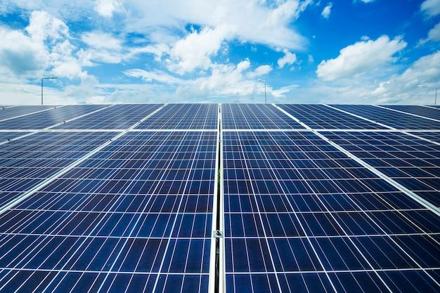 青い空を背景、代替エネルギーの概念、クリーンエネルギー、グリーンエネルギーの太陽電池パネル。