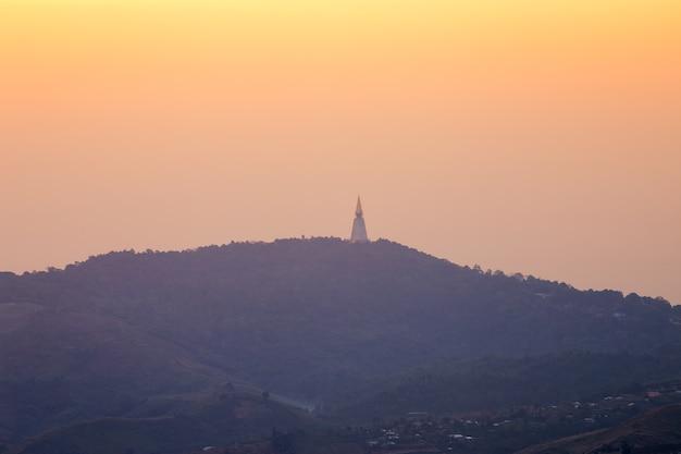 Пагода на холме в ват па фу таб бейк является буддийским храмом в пхетчабуне, таиланд.