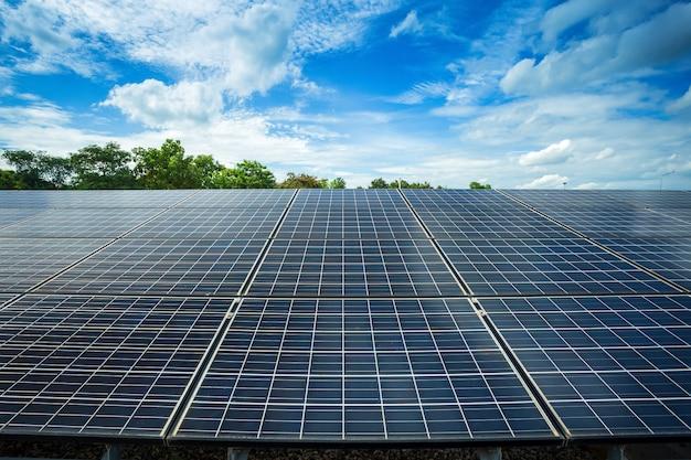 青い空を背景に太陽電池パネル
