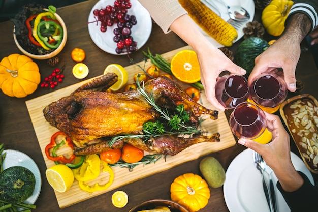 七面鳥と一緒に夕食を楽しむ人々のグループ。