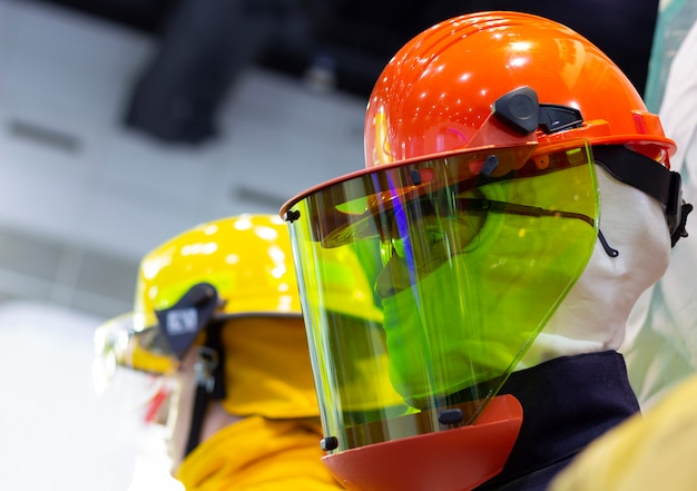 Манекен с защитным шлемом и синей униформой