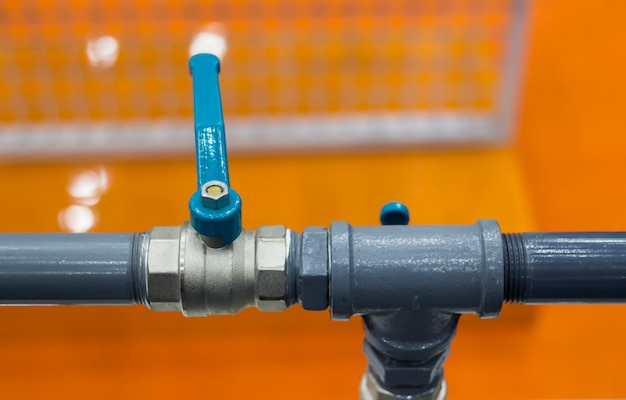 水または圧力空気用の閉鎖位置にある工業用パイプバルブ。
