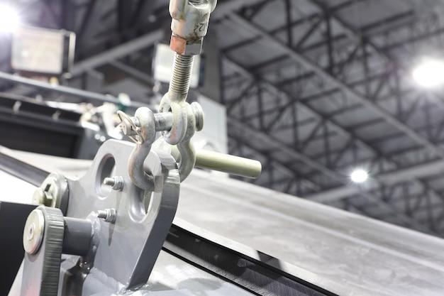 Рым-болт и скоба для грузоподъемного стропа в тяжелом машиностроении;