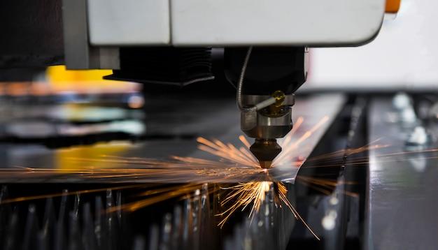 レーザー切断機で切断した鋼の金属シート