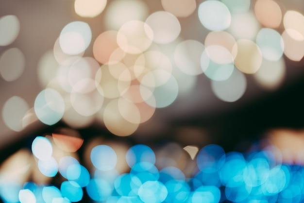 夜、抽象的な背景をぼかした写真のカラフルな照明のボケ味