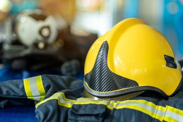 消防士のスーツと黄色いヘルメット、防火服、救命装備