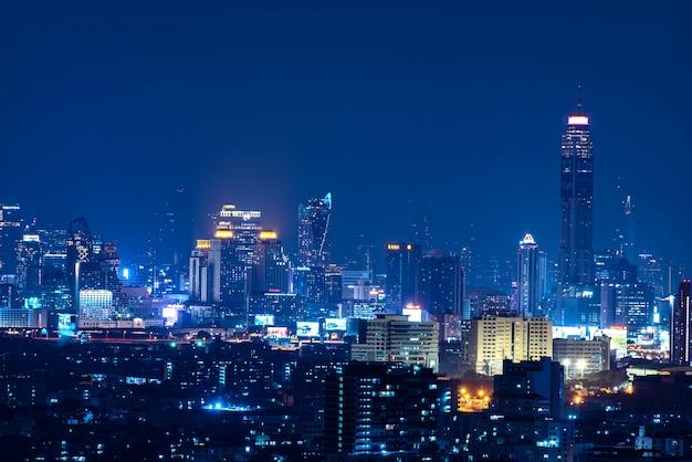 青い時間に高さの建物を持つパノラマのバンコクの街の夜景