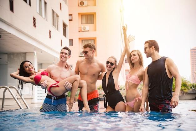 水着とビキニで友達のグループは、夏休みのプールでお楽しみください