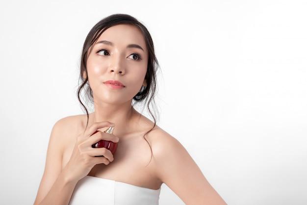 ファッションのポーズで魅力的な美容アジアの女性の肖像画