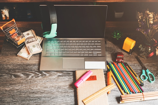 事務用品-在宅勤務のコンセプトの作業デスク