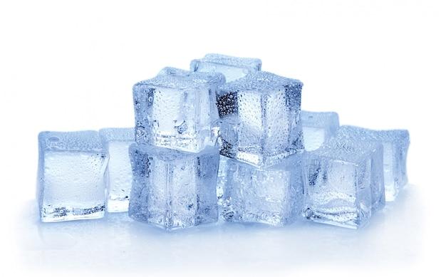 白い壁に氷のキューブ