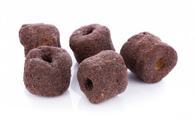 白い壁にカリカリのコーンチョコレートスナック