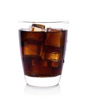 白い背景にアイスキューブとガラスのコーラ